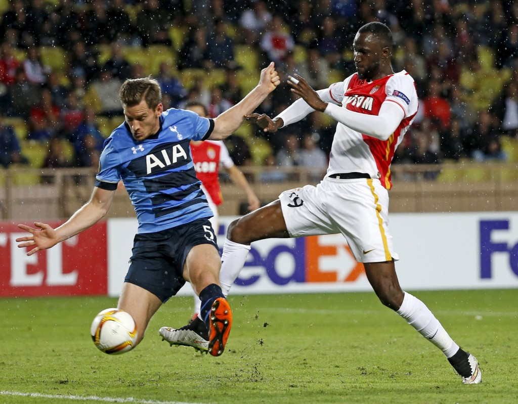 Monaco's Lacina Traore (R)  challenges Tottenham's Jan Vertonghen during their Europa League Group J soccer match at Louis II stadium in Monaco, October 1, 2015.  REUTERS/Eric Gaillard  Picture Supplied by Action Images