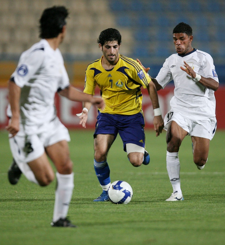 Yasser Mohammed (L) of Iraq's Arbil watches as teammate Mouslim Almas (R) fights for the ball with Fahid Al Shammari of Qatar's Al-Gharafa during their AFC Champions League soccer match in Doha May 7,2008. REUTERS/ Mohammad Youssef  (QATAR) Picture Supplied by Action Images *** Local Caption *** 2008-05-07T184258Z_01_DOH23_RTRIDSP_3_SOCCER.jpg