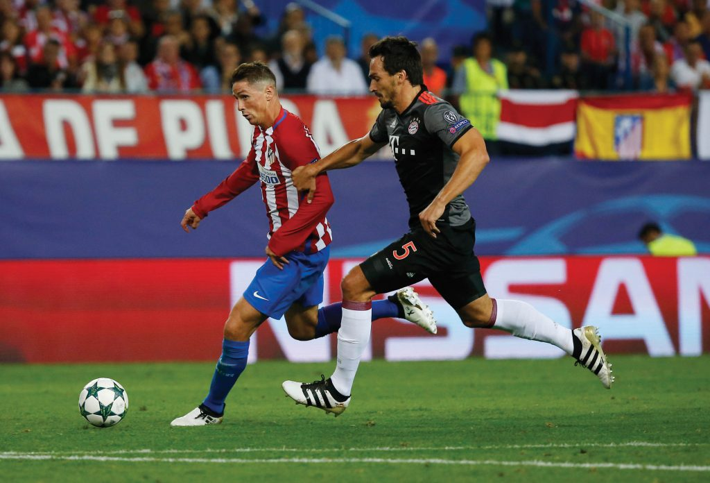 Soccer Football - Atletico Madrid v Bayern Munich - UEFA Champions League Group Stage - Group D - Vicente Calderon, Madrid, Spain - 28/9/16 Atletico Madrid's Fernando Torres in action with Bayern Munich's Mats Hummels  Reuters / Sergio Perez Livepic EDITORIAL USE ONLY.
