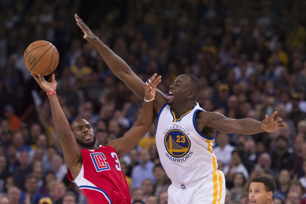 November 4, 2015; Oakland, CA, USA; Los Angeles Clippers guard Chris Paul (3) shoots the basketball against Golden State Warriors forward Draymond Green (23) during the fourth quarter at Oracle Arena. The Warriors defeated the Clippers 112-108. Mandatory Credit: Kyle Terada-USA TODAY Sports  / Reuters Picture Supplied by Action Images  (TAGS: Sport Basketball NBA) *** Local Caption *** 2015-11-05T065133Z_713645882_NOCID_RTRMADP_3_NBA-LOS-ANGELES-CLIPPERS-AT-GOLDEN-STATE-WARRIORS.JPG