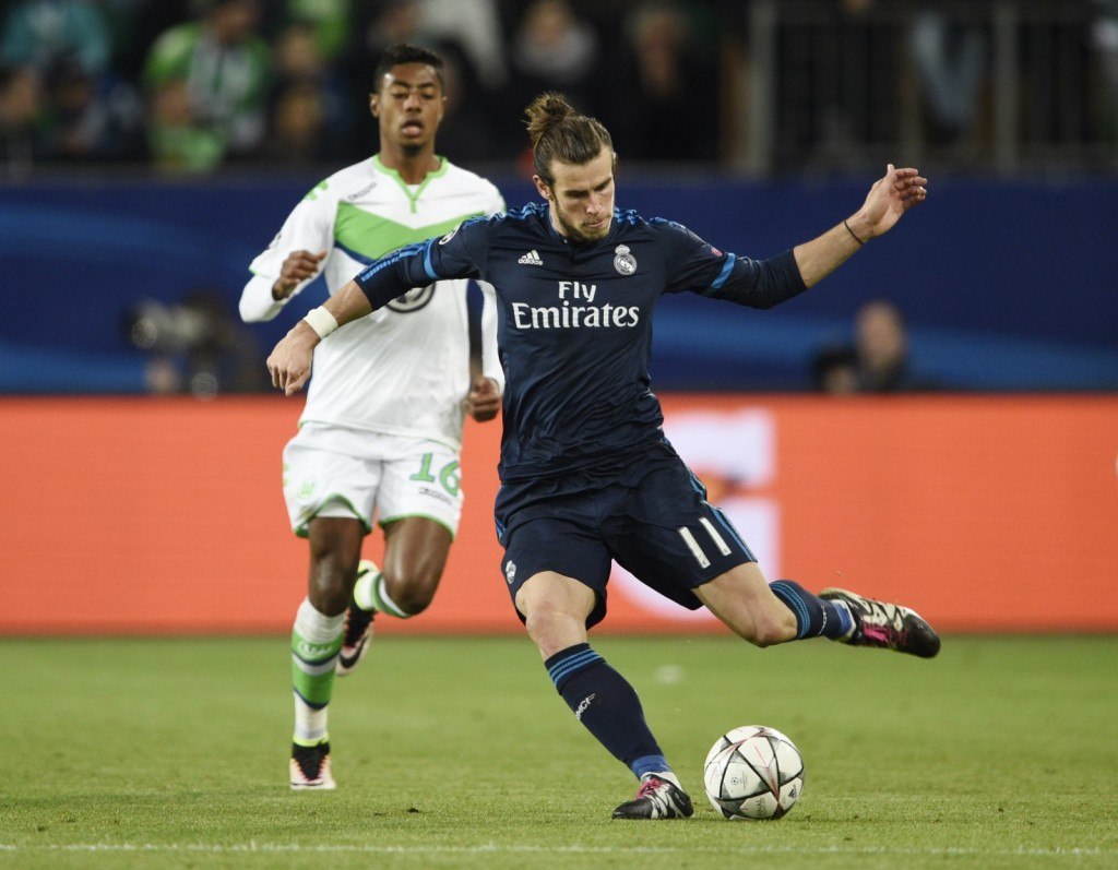Football Soccer - VfL Wolfsburg v Real Madrid - UEFA Champions League Quarter Final First Leg - Volkswagen Arena - 6/4/16 Real Madrid's Gareth Bale in action with Wolfsburg's Bruno Henrique Reuters / Fabian Bimmer Livepic EDITORIAL USE ONLY.