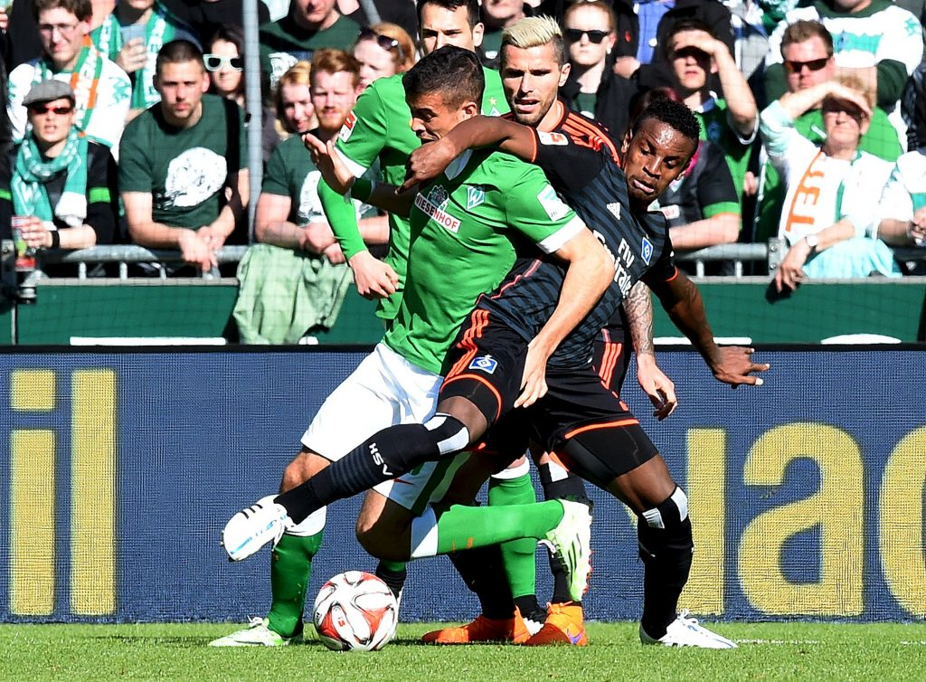 Werder Bremen's Franco di Santo (L) and Hamburg SV's Cleber fight for the ball during their German Bundesliga first division soccer match in Bremen, April 19, 2015. REUTERS/Fabian Bimmer  DFL RULES TO LIMIT THE ONLINE USAGE DURING MATCH TIME TO 15 PICTURES PER GAME. IMAGE SEQUENCES TO SIMULATE VIDEO IS NOT ALLOWED AT ANY TIME. FOR FURTHER QUERIES PLEASE CONTACT DFL DIRECTLY AT + 49 69 650050  Picture Supplied by Action Images